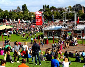 Thousands crowd Museumplein for free live performances during Uitmarkt.